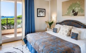 Bedroom and terrace of the Panoramic Sea View Suite of the Baglioni Resort Cala del Porto in Punta Ala