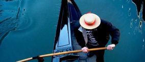 Romantic gondola tour in Venice